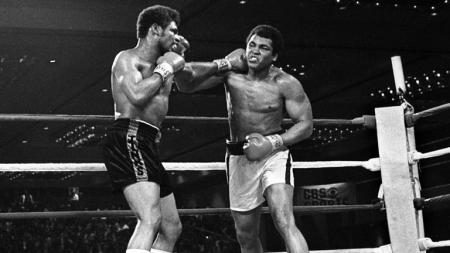 Kabar duka datang dari dunia tinju dengan meninggalnya mantan juara kelas berat, Leon Spinks Jr (kiri) pada usia 67 tahun, Jumat (05/02/21) malam waktu setempat. - INDOSPORT