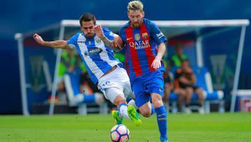 Pablo Insua saat berusaha menghentikan pergerakan Lionel Messi