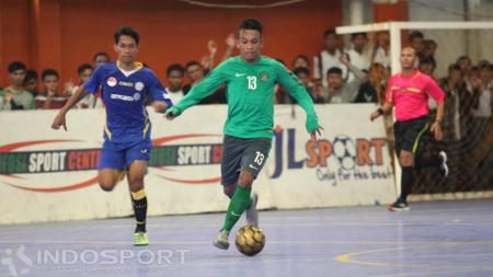 Pemain Timnas Futsal Indonesia, Ardiansyah Runtuboy menggiring bola. - INDOSPORT