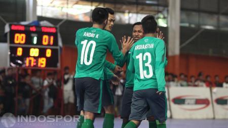 Para pemain Timnas Futsal Indonesia merayakan salah satu gol. - INDOSPORT