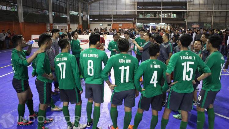 Skuat Timnas Futsal Indonesia mendapat arahan usai laga uji coba melawan Antam FC. Copyright: Herry Ibrahim/INDOSPORT