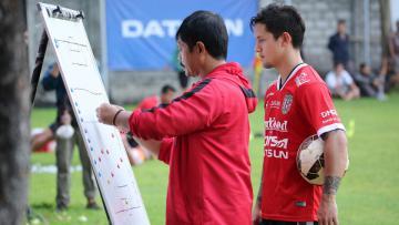 Irfan Bachdim (belakang) terlihat serius memperhatikan taktik dari pelatihnya, Indra Sjafri.