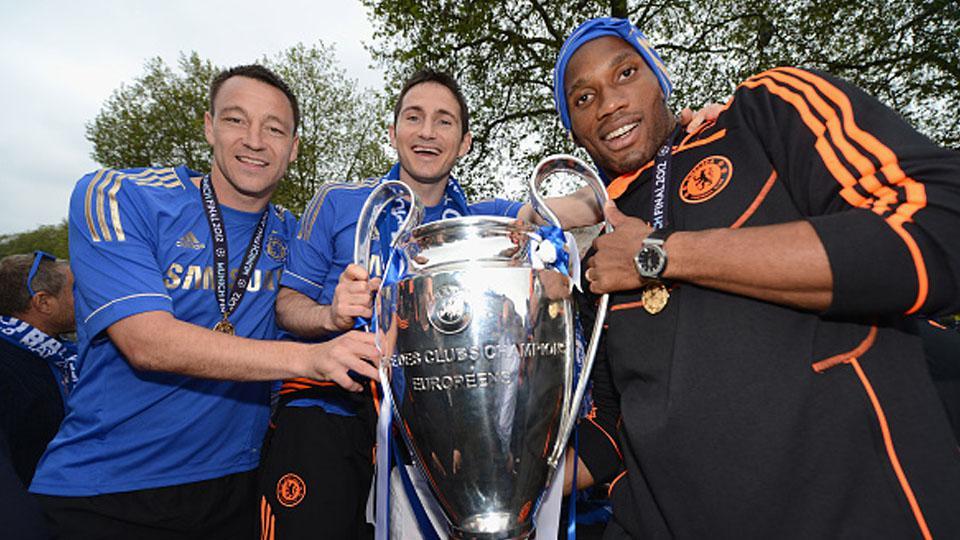 kiri-kanan: John Terry, Frank Lampard, Didier Drogba foto bersama trofi Liga Champions (20/05/12). Copyright: Darren Walsh/Chelsea FC via Getty Images