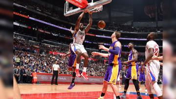 Big Man Los Angeles Clippers, DeAndre Jordan melakukan aksi slam dunk melawan Lakers.