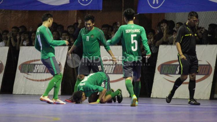 Pemain Timnas Futsal Indonesia, Yamani sujud sukur usai mencetak gol ke gawang Pelindo.