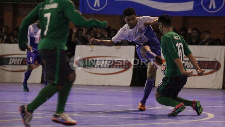 Pemain Pelindo melakukan tendangan ke arah gawang Timnas Indonesia.