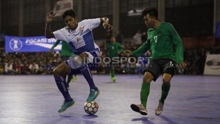 Pemain Timnas Futsal Indonesia menjaga ketat pemain Pelindo.