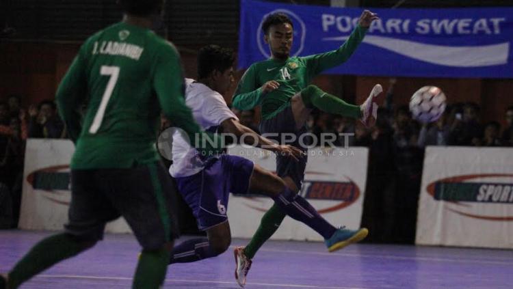 Pemain Timnas Futsal Indonesia, Randy Prasetya dihadang pemain Pelindo.