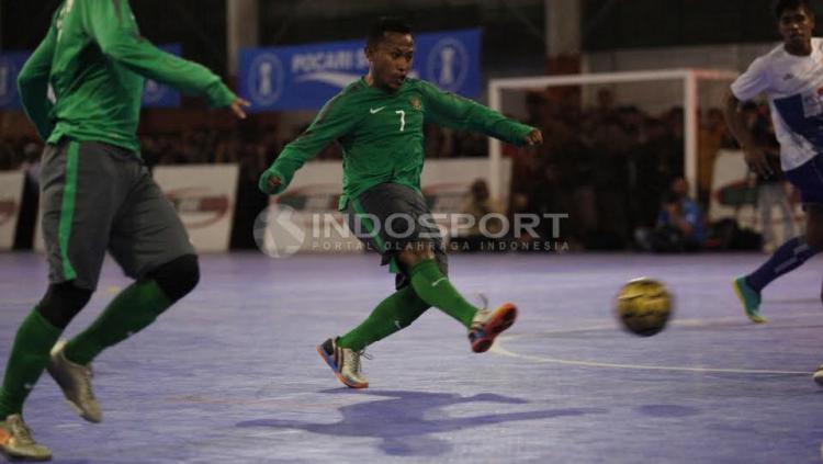 Pemain Timnas Futsal Indonesia, Jaelani melakukan tendang ke gawang Pelindo.