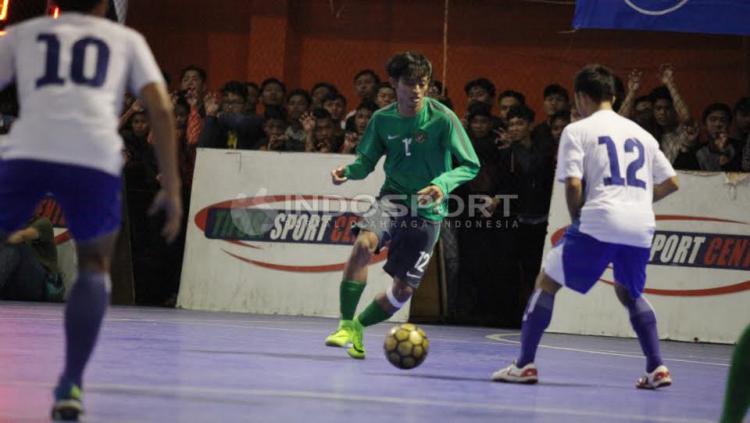 Aksi Pemain Timnas Futsal Indonesia, Bambang Bayu Saptaji (tengah).