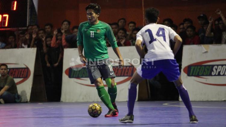 Aksi Pemain Timnas Futsal Indonesia, Ardy Suwardi mencoba melewati hadangan pemain Pelindo.