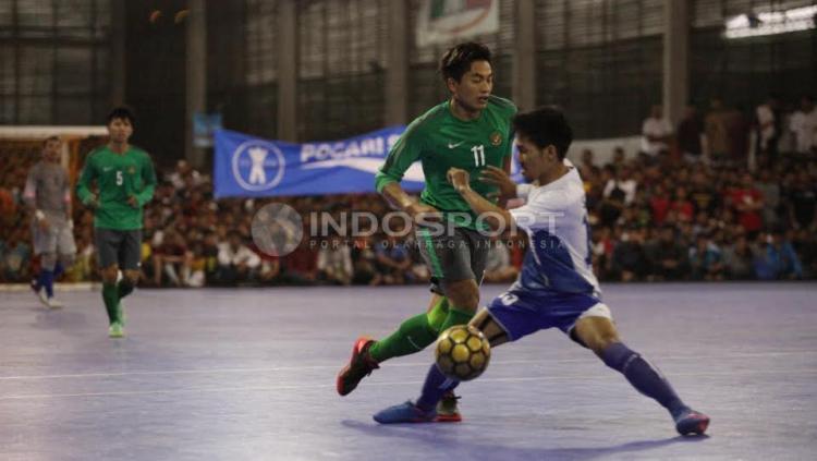 Aksi Pemain Timnas Futsal Indonesia, Ardy Suwardi dihadang pemain Pelindo.