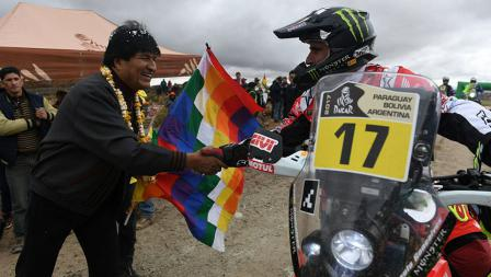 Presiden Bolivia, Evo Morales berjabat tangan dengan salah satu pereli asal Portugal, Paulo Goncalves.