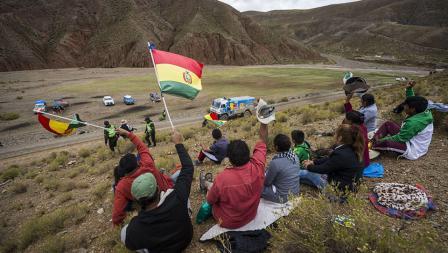 Para suporter Eduard Nikolaev memberikan dukungan saat sedang mengikuti Reli Dakar.