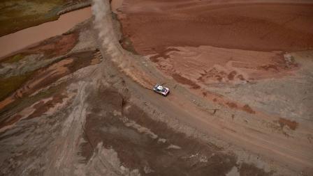 Stephane Peterhansel terlihat sedang mengendarai mobil di hamparan pasir merah di Bolivia.