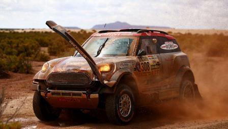 Pereli Argentina, Orlando Terranova tetap mengikuti balapan walaupun kendaraannya sudah terlihat rusak.