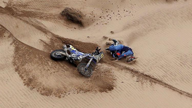 Adrien Van Beveren tampak sedang berbaring di padang pasir.
