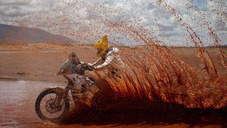 Max Hunt menerjang perairan yang ada di padang pasir ketika mengikuti Reli Dakar.