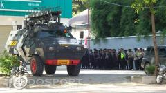 Indosport - Kendaraan rantis siap menjaga keamaan pemain Persib Bandung saat berlaga di Jakarta.