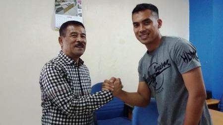 Manajer Persib Bandung, Umuh Muchtar (kiri) berjabat tangan dengan kiper anyar, Imam Arief Fadillah. - INDOSPORT