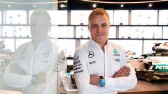 Indosport - Valtteri Bottas pose setelah diresmikan menjadi pengganti Nico Rosberg.