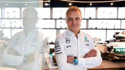Valtteri Bottas berpose setelah diresmikan menjadi pengganti Nico Rosberg.