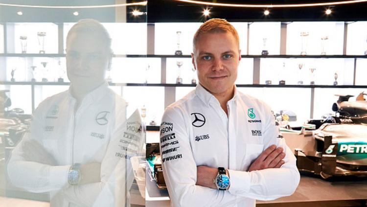Valtteri Bottas pose setelah diresmikan menjadi pengganti Nico Rosberg.