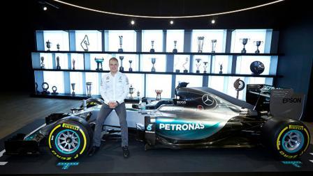 Pembalap anyar Mercedes, Valtteri Bottas pose di atas mobil saat diperkenalkan kepada awak media.