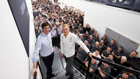 Kepala Mercedes Motorsport, Toto Wolff foto bersama pembalap anyar Mercedes, Valtteri Bottas.