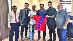 Indosport - Mantan gelandang Persela Lamongan, Steven Imbiri resmi gabung klub Malaysia.