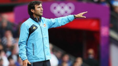 Luis Milla memberikan instruksi saat melatih Spanyol U21. - INDOSPORT