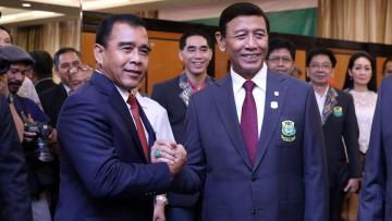 Ketua KONI Tono Suratman (kiri) berjabat tangan dengan pengurus baru PBSI Wiranto.