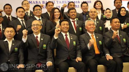 Para pengurus PP PBSI Periode 2016-2020 foto bersama usai acara pelantikan. - INDOSPORT