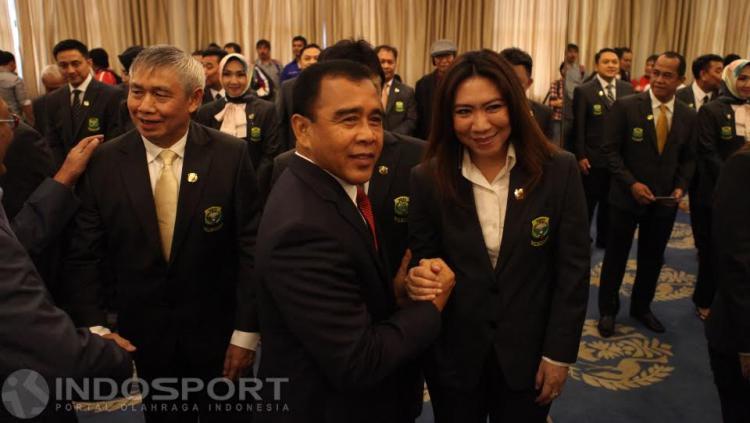 Kepala Bidang Pembinaan dan Prestasi PBSI, Susy Susanti (kanan) berjabat tangan dengan Ketum KONI Pusat, Tono Suratman.