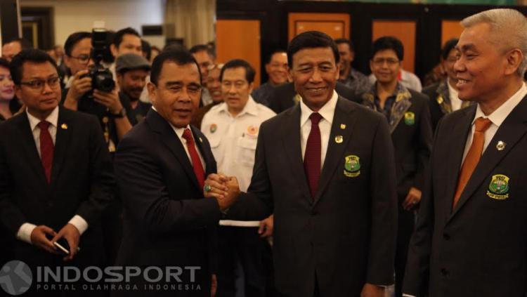 Ketum PBSI Wiranto berjabat tangan dengan Ketua KONI Pusat Tono Suratman.