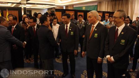 Ketua KONI Pusat Tono Suratman memberi ucapan selamat kepada Ketum PBSI Wiranto di acara pelantikan.