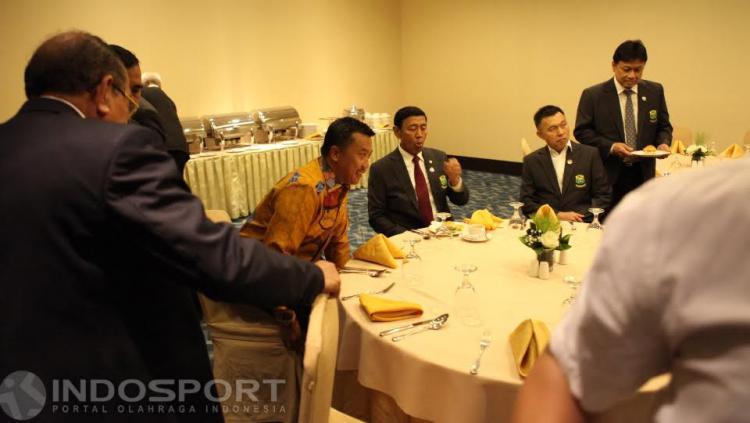 Ketum PBSI Wiranto bersama Menpora Imam Nahrawi dalam jamuan makan usai acara pelantikan.