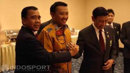 Ketum PBSI Wiranto bersama Menpora Imam Nahrawi dan Ketuq KONI Pusat Tono Suratman foto bersama usai acara pelantikan. - INDOSPORT