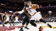 Indosport - LeBron James (Cleveland Cavaliers) melawati pemain Phoenix Suns, Marquese Chriss.
