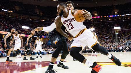 LeBron James (Cleveland Cavaliers) melawati pemain Phoenix Suns, Marquese Chriss. - INDOSPORT