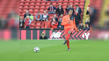 Joel Matip ketika sedang berlatih bersama Liverpool. - INDOSPORT