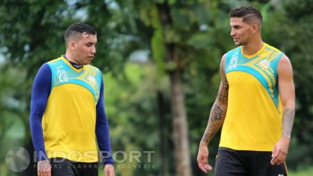 Pemain asal Brasil, Arthur Cunha dan Fellipe Bertoldo ikuti latihan perdana bersama Arema Cronus. - INDOSPORT