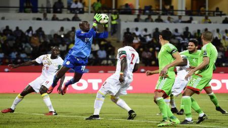 Kiper Senegal, Khadim N'Diaye, saat melawan Aljazair di Piala Afrika 2017. - INDOSPORT