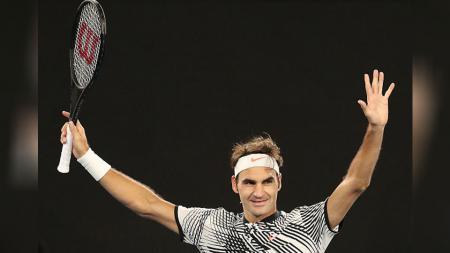 Roger Federer melakukan perayaan setelah menyingkirkan lawannya di babak perempatfinal Australia Terbuka 2017. - INDOSPORT