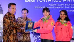 Indosport - Menpora Imam Nahrawi, Fransiska Dimitri Inkiriwang, dan Mathilda Dwi Lestari, dua pendaki putri Indonesia yang sukses mengibarkan bendera Merah Putih di puncak tertinggi di Benua Antartika Gunung Vinson Massif.