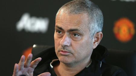 Pelatih Manchester United, Jose Mourinho dalam konferensi pers. - INDOSPORT