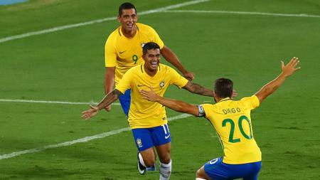 Dudu (tengah) saat akan melakukan selebrasi bersama Diego Souza dan Diego. - INDOSPORT