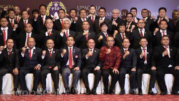 Kepengurusan baru PSSI periode 2016-2020 berfoto bersama usai dikukuhkan oleh KONI.