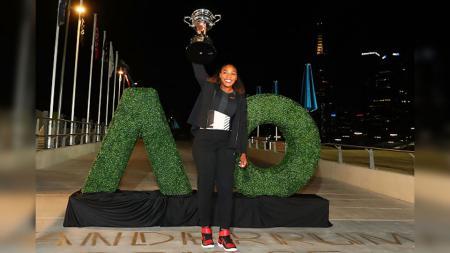 Serena Williams foto bersama trofi Australia Terbuka. - INDOSPORT