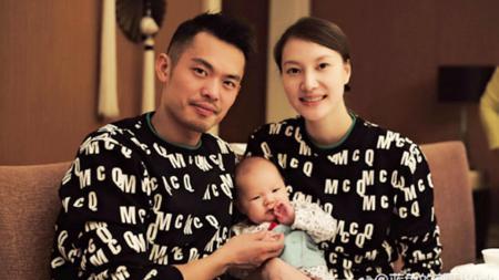 Lin Dan bersama anak dan istrinya, Xie Xingfang. - INDOSPORT